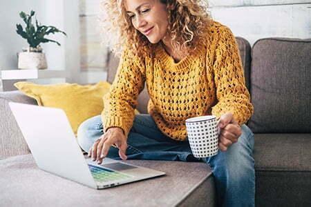 Kvinna som shoppar på nätet